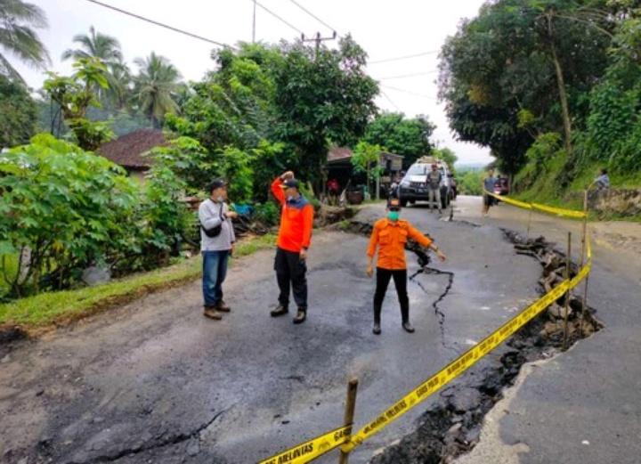Jalan Raya Rangkasbitung Cileles Tepatnya Desa Cikulur Amblas Di Gerus Hujan Berita Indonesia Terupdate